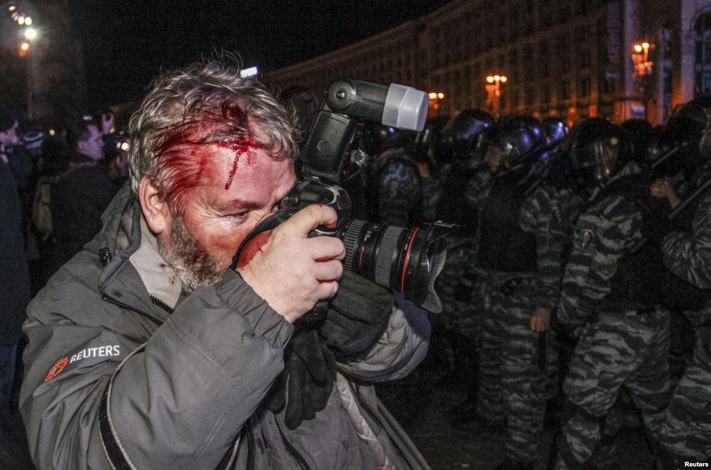 Фотографу агентства Reuters Глебу Гараничу разбили голову в ночь с 29 на 30 ноября на Майдане Независимости.